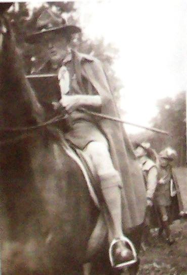 Lord Baden-Powell aláírja a véncserkésznaplót