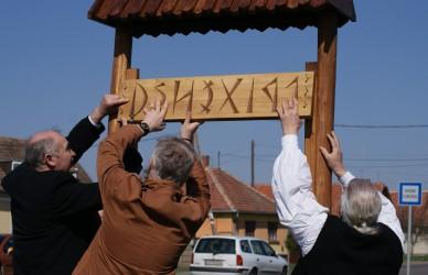 Rovásírásos helységnévtáblákat állítottak a civil szervezetek - Fotó: Jászberény Online / Lénárth Veronika