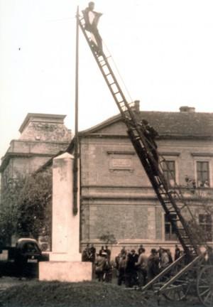 A korabeli fotót, mely Jászberény főterén készült, Baráth Károly fényképészmester jóvoltából közöljük