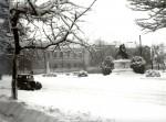 Főtér részlet az országzászlóval és a Lovasszoborral - 1956. február