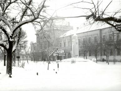 A Főtér az 1945-ben állított szovjet emlékművel - 1956. február (1956. októberében ledöntötték)