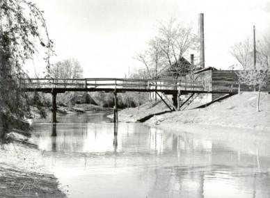 A Kállai híd a Zagyvapartot és a Varga utcát kötötte össze - 1959. április (háttérben a Fecske malom kéménye)