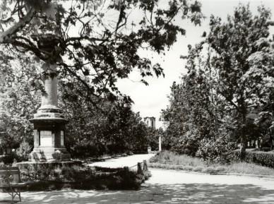 Az 1848-as emlékoszlop - 1959. május (háttérben a békás szökőkút és a második szovjet emlékmű)