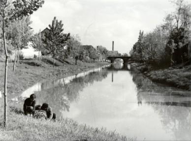 A Főtemplom mögötti Zagyva szakasz a kőhíddal - 1959. május