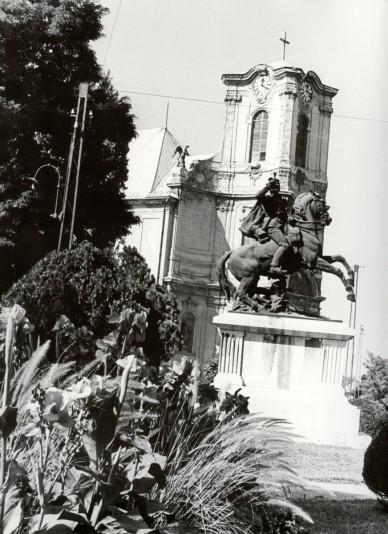 A Főtemplom sátortetős tornya, előtérben a Lovasszobor - 1964. július
